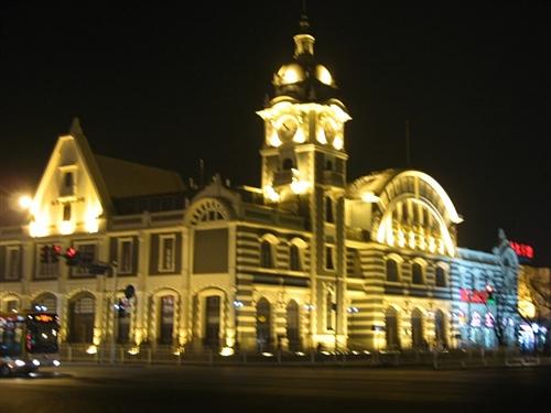 中国 隔着/中国古钱币博物馆就在人民大会堂的南边,很近。只有几十步距离...
